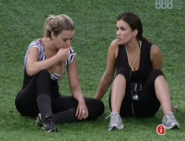 1.mar.2013 - Fernanda e Kamilla conversam sobre relacionamentos na casa