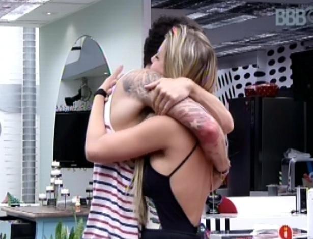 1°.mar.2013 - Fernanda e Nasser se abraçam após o brother dizer que nunca vai levar nada que venha dela para o lado pessoal