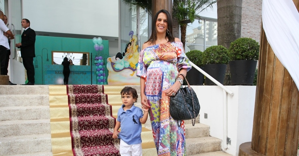 1.mar.2013 - Grávida, Virna prestigiou a festa de aniversário de Maria Eduarda, filha de Eduardo Guedes, em São Paulo