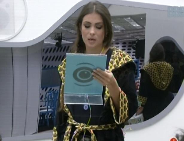 1°.mar.2013 - Kamilla lê instruções para sortear bolinhas na prova do anjo