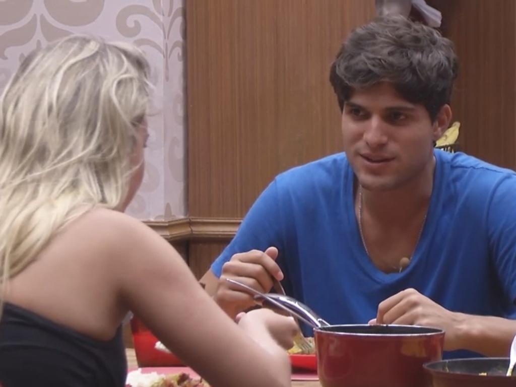 1º.mar.2013 - Na xepa, o casal André e Fernanda almoçam juntos