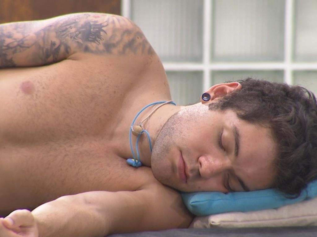 1º.mar.2013 - Nasser dorme na área externa da casa