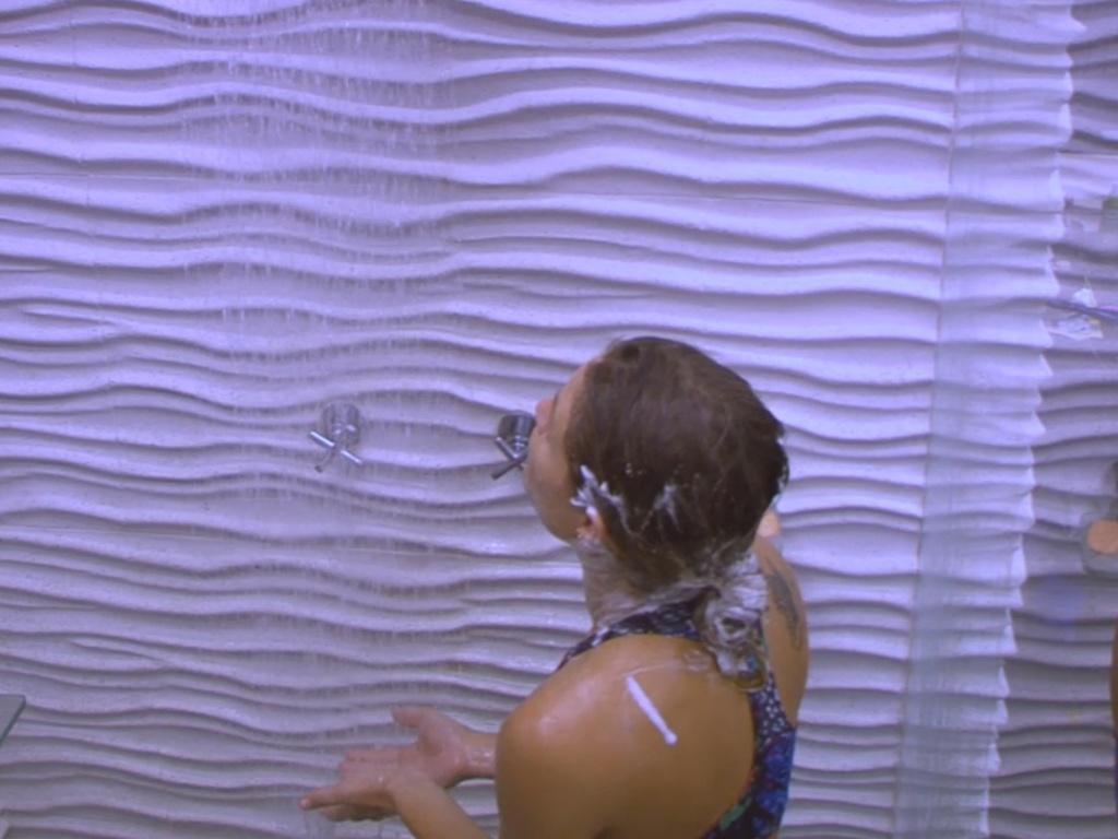 1º.mar.2013 - Natália toma banho na casa grande