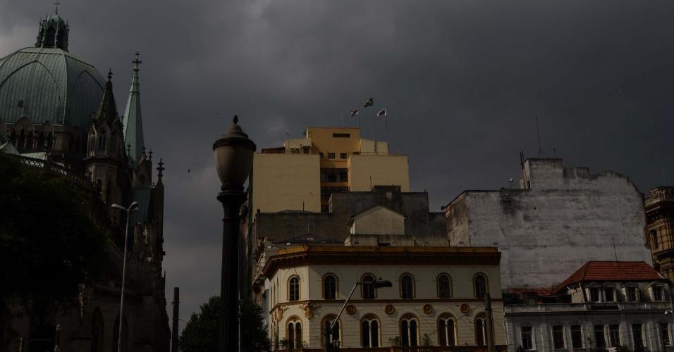 1º.mar.2013 - Nuvens carregadas cobrem o céu da região da praça da Sé, no centro de São Paulo, na tarde desta sexta-feira (1º)