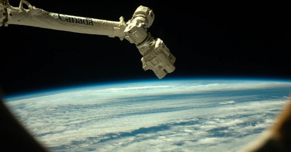 1.mar.2013 - O astronauta Chris Hadfield fotografa o Canadarm2, braço robótico da Estação Espacial Internacional (ISS, na sigla em inglês). O equipamento será usado nesta sexta-feira (1º) para capturar a cápsula não-tripulada Dragon, da empresa SpaceX, que leva artigos para os astronautas no espaço