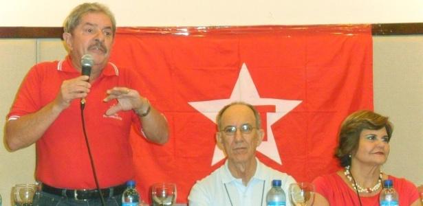 O ex-presidente Lula (à esq.) fala a militantes no Diretório Nacional do PT, em Fotaleza - Carlos Madeiro/UOL