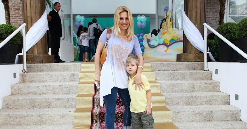 1.mar.2013 - Patrícia de Sabrit prestigiou a festa de aniversário de Maria Eduarda, filha de Eduardo Guedes, em São Paulo