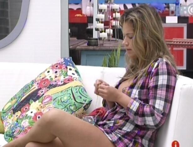 1°.março.2013 - Fani acorda, denta no sofá e conversa com Andressa e Anamara nesta manhã