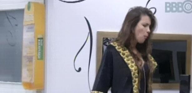 1°.março.2013 - Kamilla come uma trufa no quarto do líder ao acordar