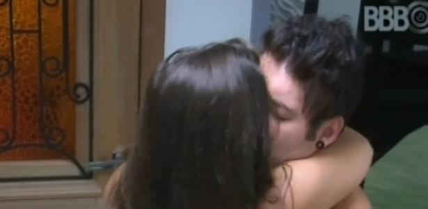 1°.março.2013 - Nasser e Andressa se abraçam ao acordarem pelo toque de despertar