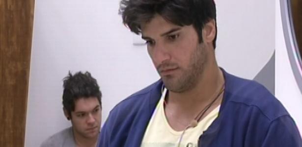 1°.março.2013 - Nasser e Marcello aguardam movimentação no banheiro após toque de despertar
