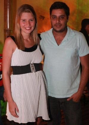 Grávida de cinco meses, Debby posa ao lado do noivo Leandro