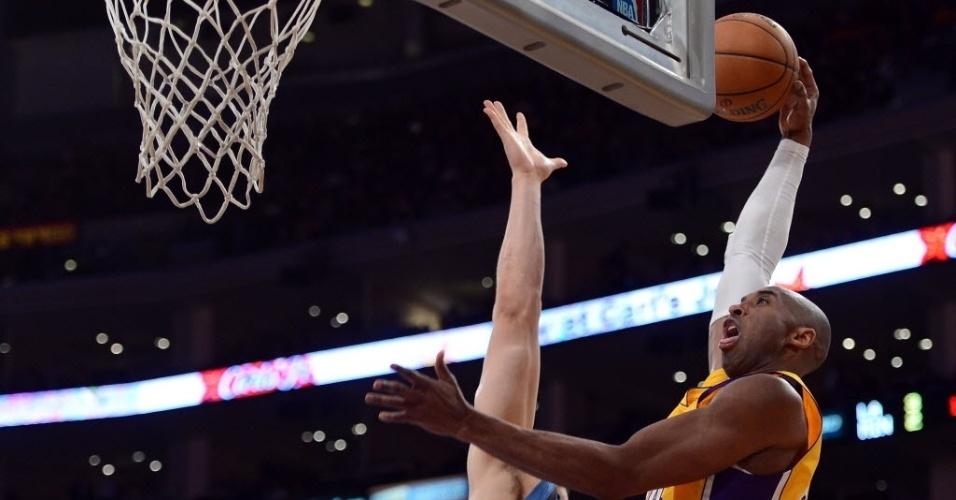 28.fev.2013 - Kobe Bryant voa e tenta enterrada sobre o montenegrino Nikola Pekovic na partida entre Lakers e Timberwolves