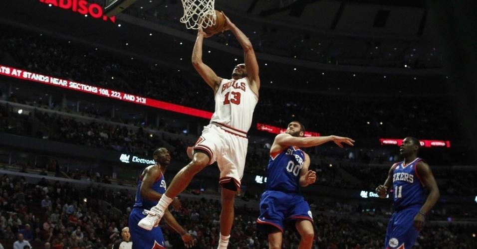 28.fev.2013 - O francês Joakim Noah foi o destaque da vitória dos Bulls sobre os 76ers, com um triplo-duplo raro, com tocos, pontos e rebotes