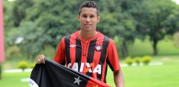 Lateral direito Jonas foi apresentado como novo reforço do Atlético-PR