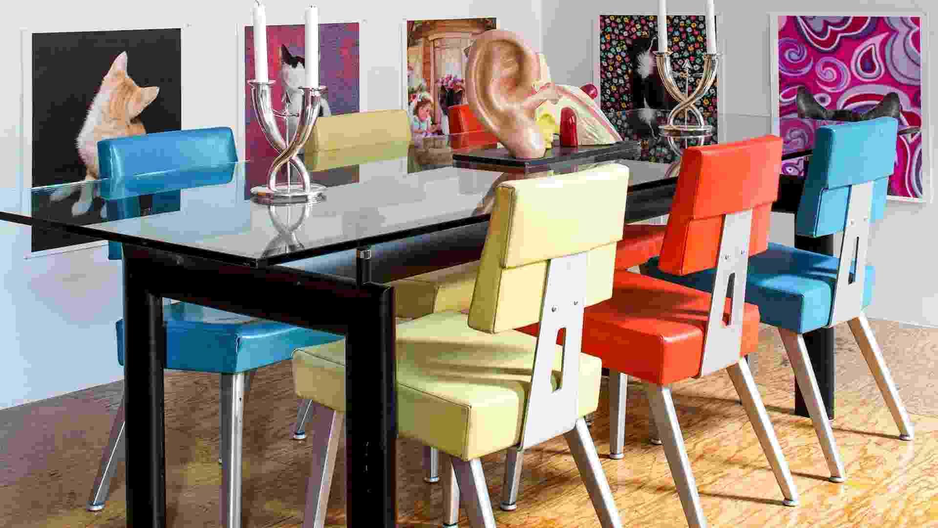 Nas paredes, retratos de gatinhos abandonados e publicados no livro ?Strays?, assinado por Arne Svenson. A mesa criada por Le Corbusier sustenta uma orelha como decoração e as cadeiras vintage, em redor, equipavam um antigo escritório da I.B.M. (Imagem do NYT, usar apenas no respectivo material) - Trevor Tondro/ The New York Times