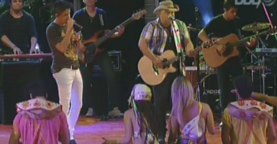 """02.mar.2013 - A dupla Humberto & Ronaldo faz show na festa Cangaço do """"BBB13"""". Eles tocaram """"Só Vou Beber Mais Hoje"""" e """"Eu Não Sou de Ninguém"""""""