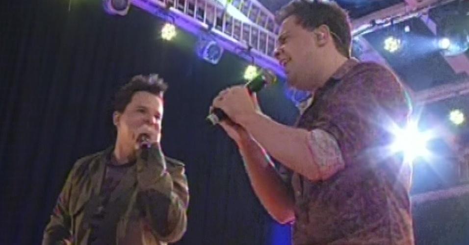 """02.mar.2013 - A dupla sertaneja João Neto e Frederico abre show na festa Cangaceira com """"Lê Lê Lê"""""""