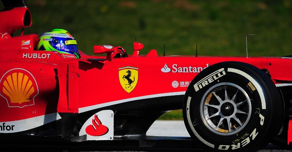 02.mar.2013 - Felipe Massa pilota sua Ferrari pelo circuito de Barcelona durante testes coletivos
