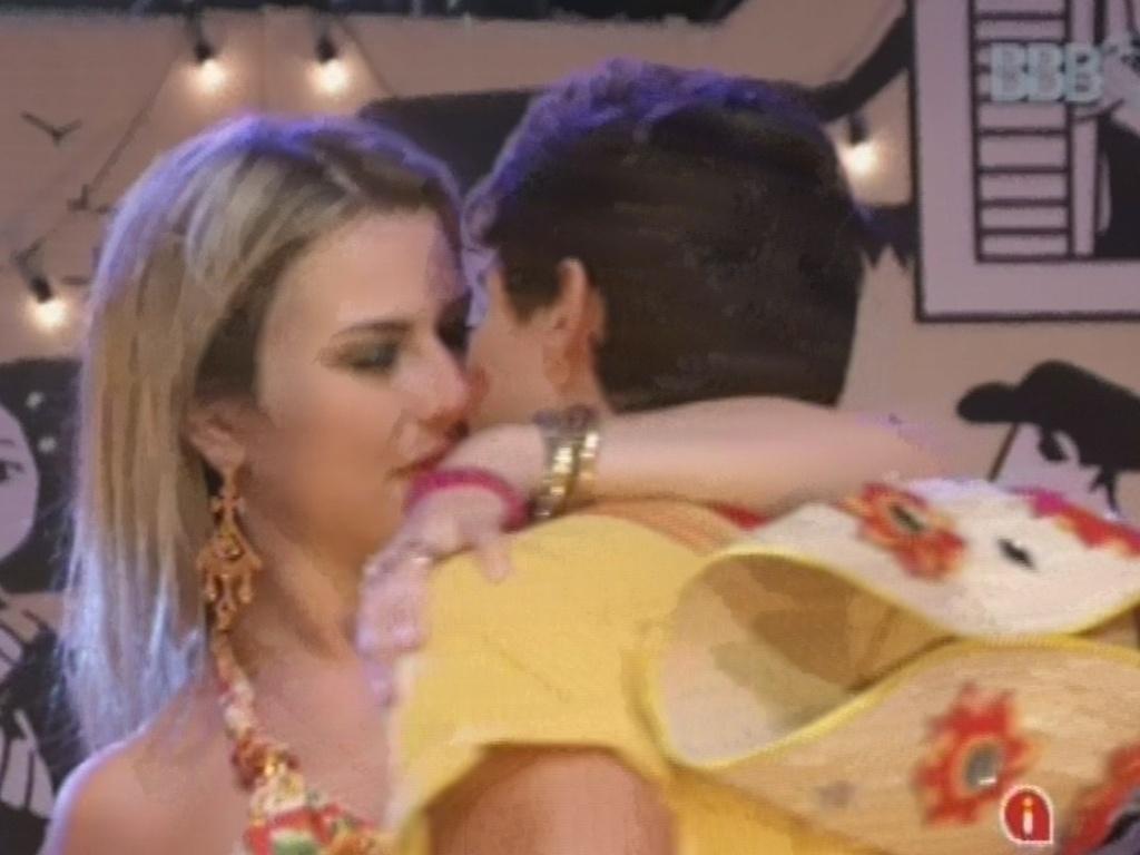 02.mar.2013 - Fernanda e André trocam beijos quentes na festa Cangaço