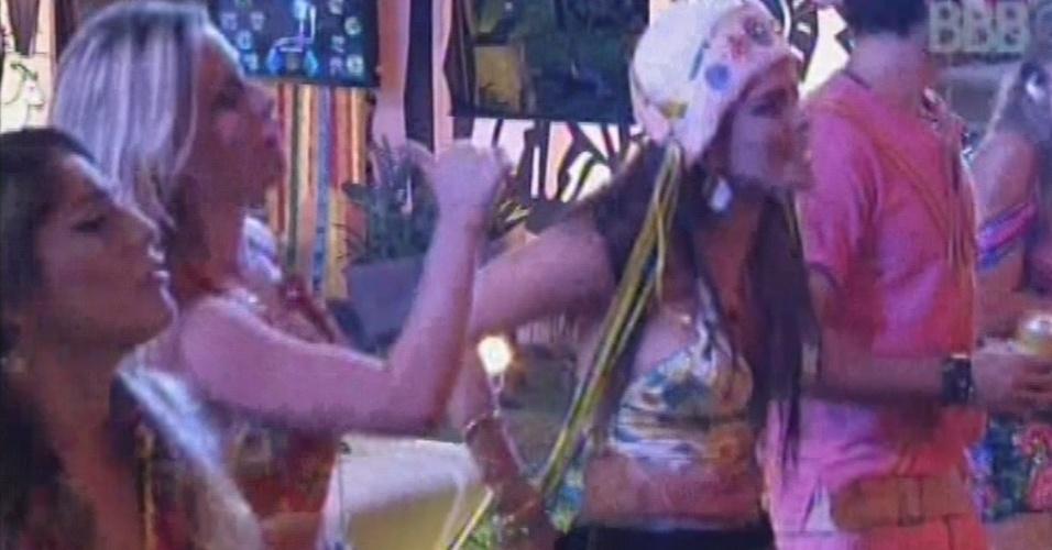 02.mar.2013 - Sisters dançam durante show de João Neto e Frederico na festa Cangaço