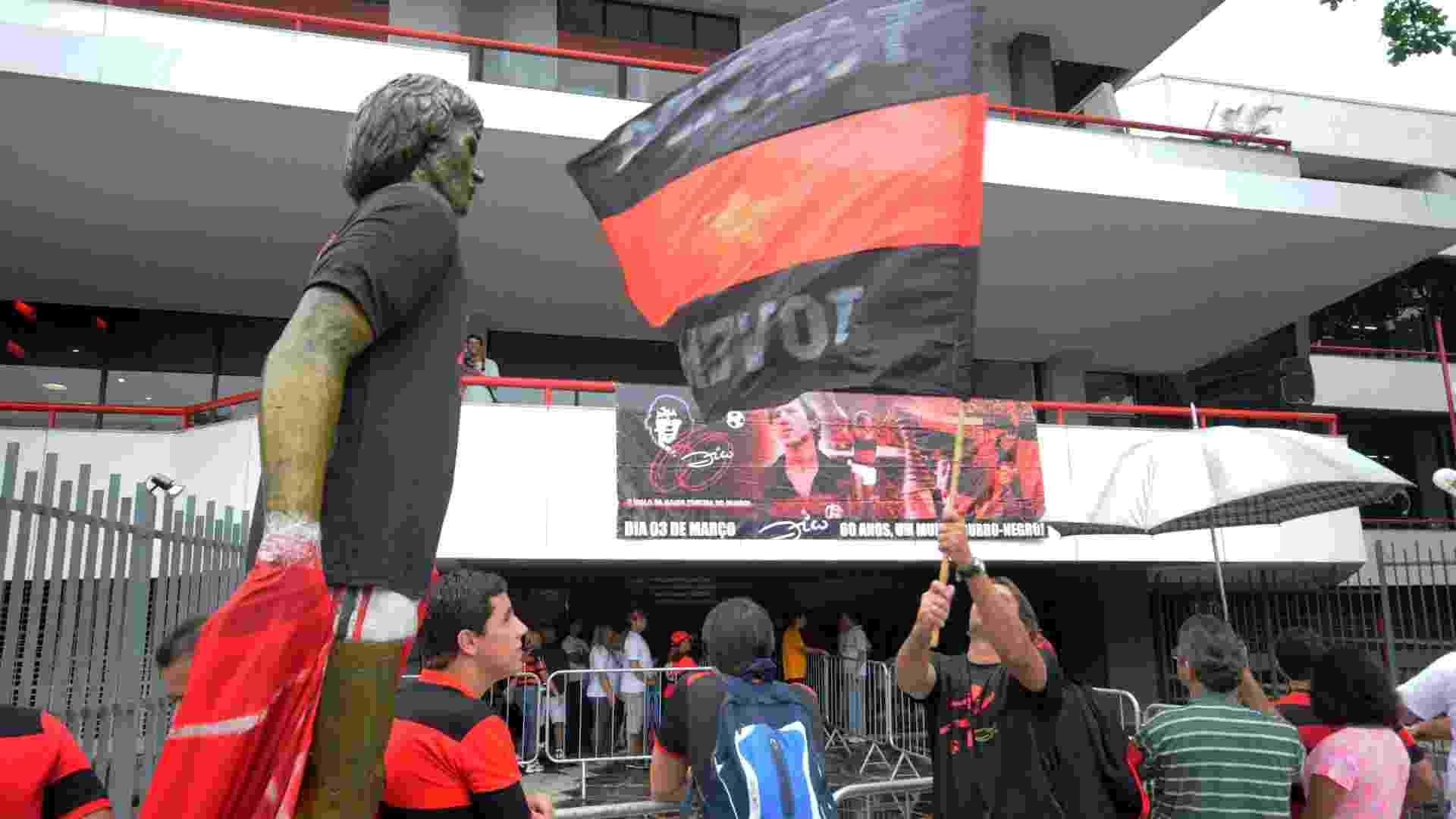 02.mar.2013 - Torcedores do Flamengo fazem festa na Gávea para comemorar aniversário do ídolo Zico, que faz 60 anos no domingo - Alexandre Vidal/Fla Imagem