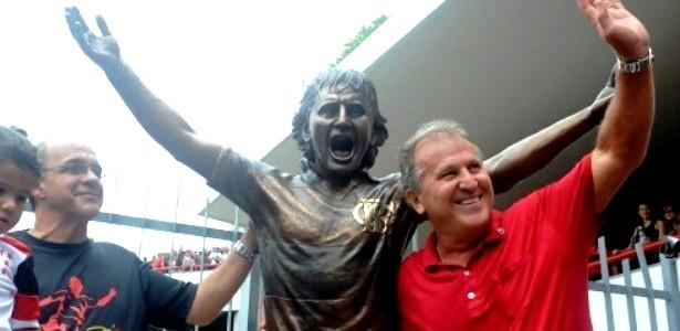 02.mar.2013 Zico posa para fotos ao lado de sua estátua, que ficará na sede do Flamengo, na Gávea
