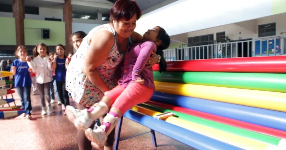 04.nov.2011 - Cuidadora ajuda aluna com deficiência em escola da rede municipal de Uberlândia (MG)