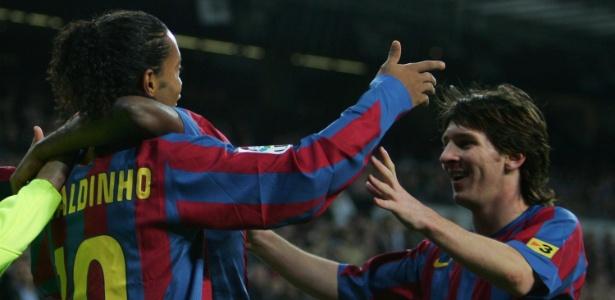 Ronaldinho e Messi comemoram gol do Barcelona em novembro de 2005