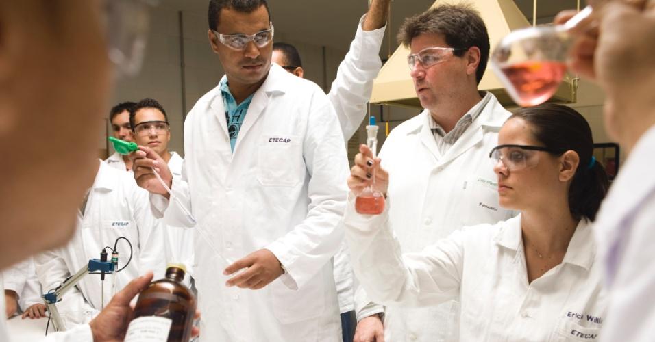 22.mar.2011 - Alunos no laboratório de química da ETEC. Eles fazem curso técnico de papel e celulose