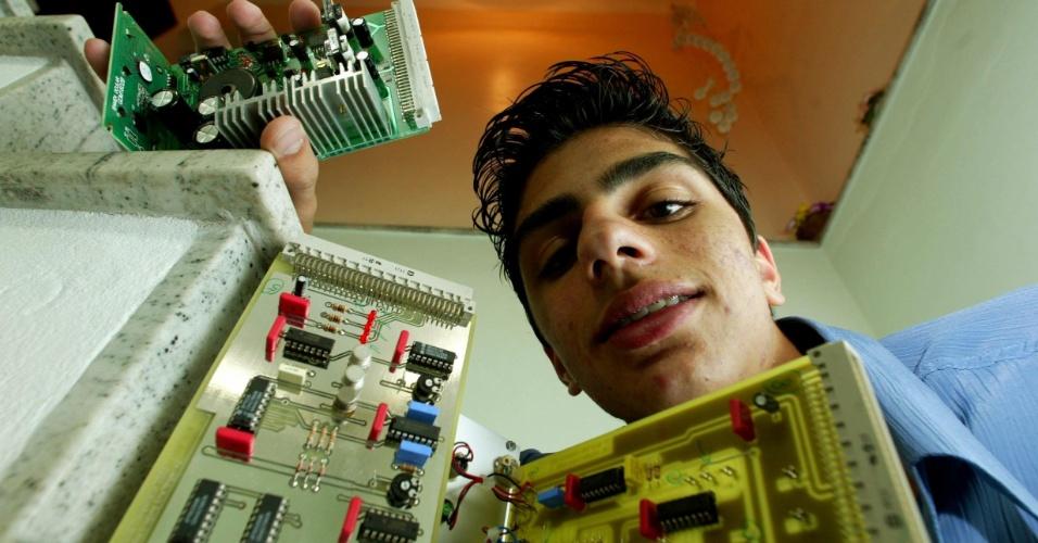 22.set.2003 - O estudante Bruno Luis Ramos, que participou do WorldSkills Competition, uma olimpíada internacional de cursos técnicos, realizado na Suíça. Ramos fez o curso de eletrônica no Senai