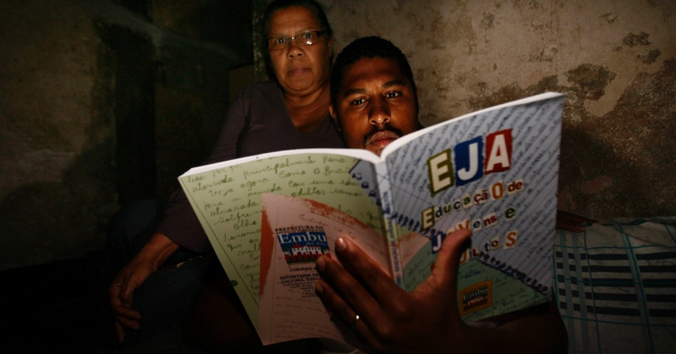 26.nov.2010 - André Luís de Araújo e sua mãe Maria André, moradores de Embu das Artes, reclamam do fechamento de vagas de EJA (Ensino de Jovens e Adultos).