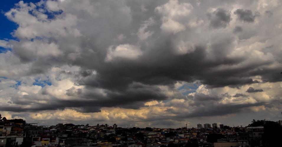2.mar.2012 - Nuvens carregadas encobrem região da Freguesia do Ó, na zona norte de São Paulo (SP), na tarde deste sábado (2)