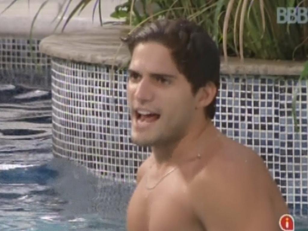 2.mar.2013 - André brinca com sisters na piscina