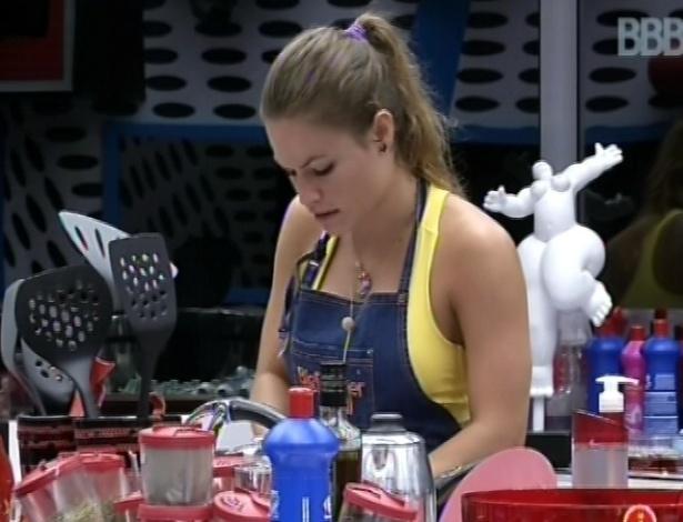 2.mar.2013 - Após malhar sozinha na academia, Natália prepara almoço na cozinha da casa grande