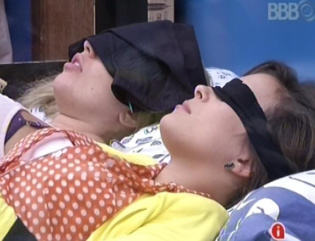2.mar.2013 - Após toque de despertar, Fernanda e Kamilla voltam a dormir no quarto brechó