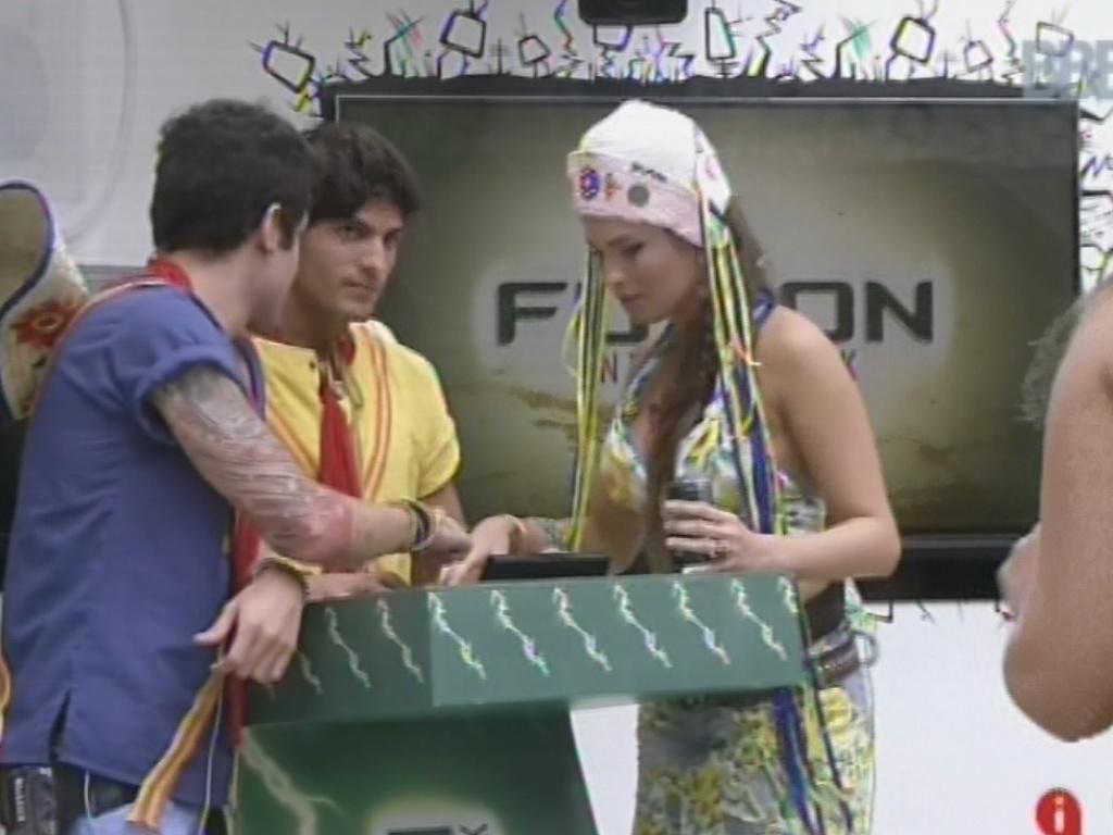 2.mar.2013 - Brothers ganham rodada de energético e Nasser, André e Kamilla brincam de DJ em aparelho de som