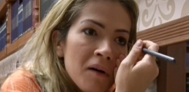 2.mar.2013 - Fani acorda e, enquanto conversa com Anamara e André sobre dermatites, se maquia no espelho