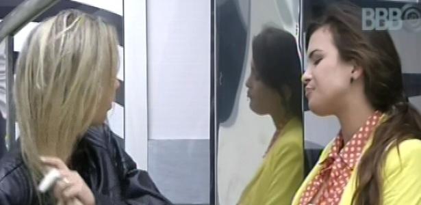 2.mar.2013 - Fernanda e Kamilla conversam nesta manhã, logo ao acordar
