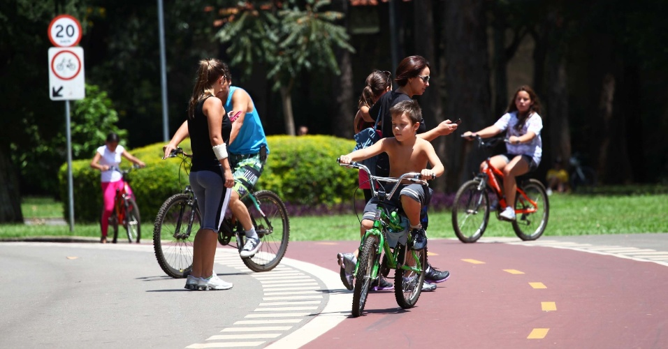2.mar.2013 - Frequentadores caminham pelo Parque do Ibirapuera, em São Paulo
