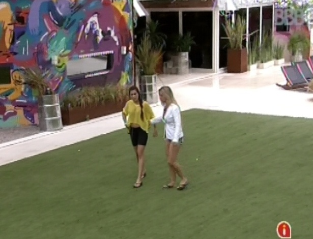 2.mar.2013 - Kamilla e Marcello discutem por causa de louça e Fernanda puxa a miss para fora da casa