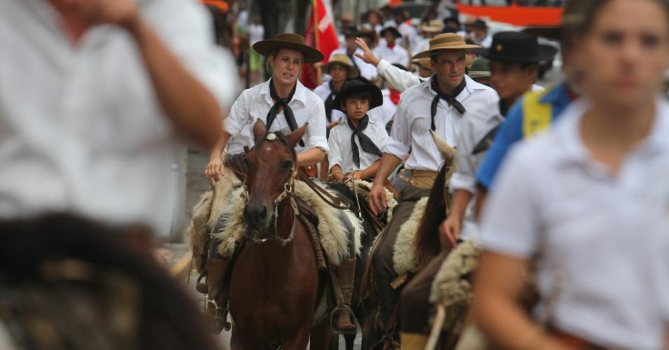 2.mar.2013 - Mulher se emociona em cavalgada que homenageou as 240 vítimas do incêndio na boate Kiss