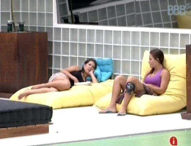 2.mar.2013 - Natália e Andressa conversam sobre o paredão triplo do lado de fora da casa