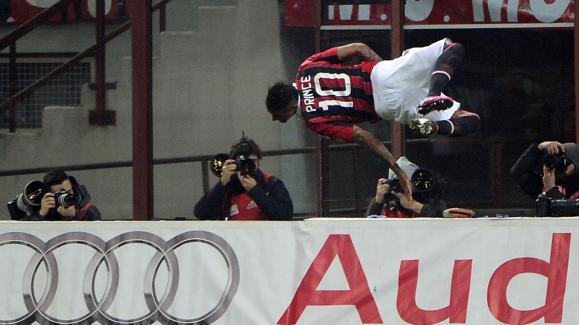 Camisa 10 do Milan, Kevin Boateng marcou o segundo gol do Milan sobre Lazio no clássico do Campeonato Italiano