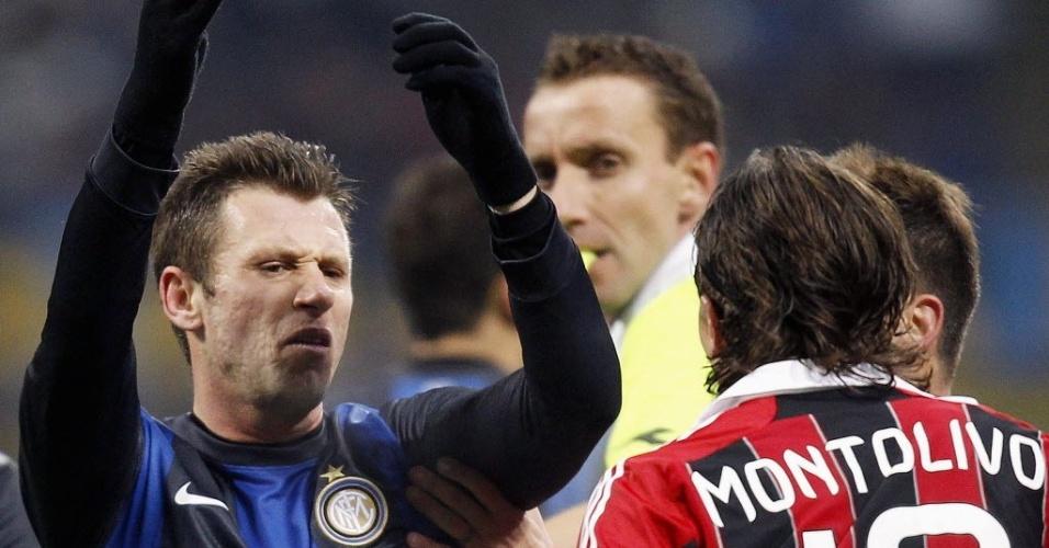 Cassano (esquerda) reclama com Montolivo durante o clássico entre Inter e Milan