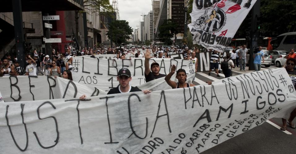 Corintianos invadiram a Avenida Paulista para protesto contra prisão de torcedores suspeitos da morte de Kevin Espada na Bolívia