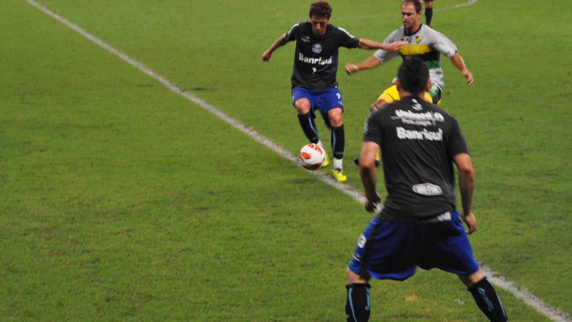 Elano domina a bola em jogo-treino do Grêmio com o Cerâmica (02/03/2013)