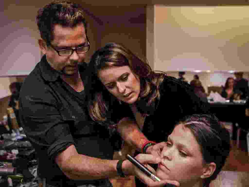 Imagem de passo a passo com Henrique Mello, Emmannuelle Junqueira e a modelo Mariana Mendonça durante o Casamoda Noivas (março/2013) - Leandro Moraes/UOL