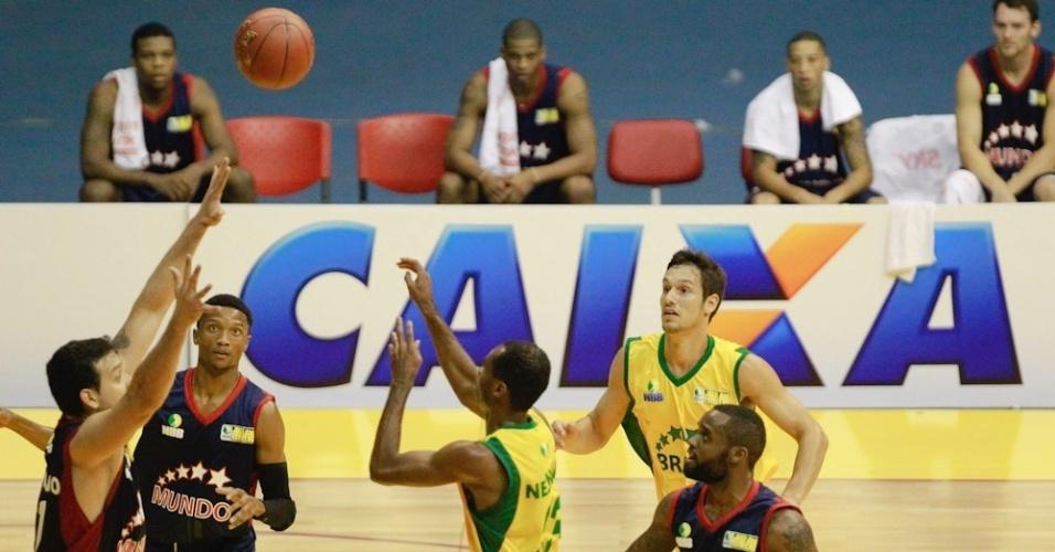 Jogo das Estrelas reúne melhores brasileiros da NBB contra os melhores estrangeiros da competição no Ginásio Nilson Nelson, em Brasília