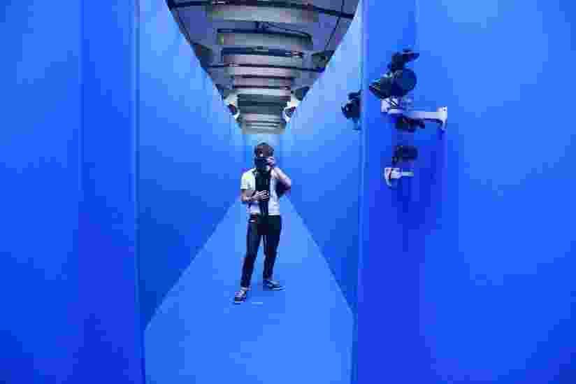 """""""Looks"""", do artista norte-americano Rob Pruitt e do estilista norte-americano Marc Jacobs, trabalha com a tecnologia de realidade aumentada. O público é convidado a desfilar por uma passarela em """"chroma key"""" (fundo azulado) e em seguida, pode assistir a sua própria imagem dentro de um vídeo do desfile de Marc Jacobs. - Divulgação"""